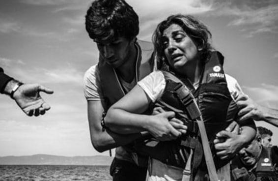 Belas fotos registram como é a chegada de um refugiado em terra firme