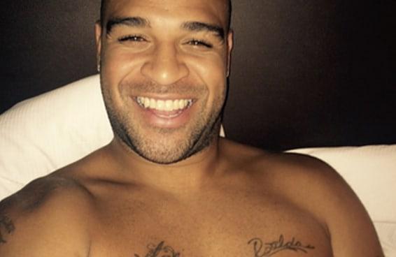 Adriano Imperador posta uma foto sorrindo antes de dormir toda noite