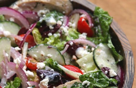 Mantenha sua alimentação saudável com esta deliciosa salada mediterrânea