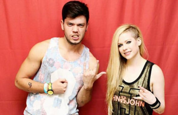 Conversamos com um dos brasileiros que pagaram para tirar foto com a Avril Lavigne e ele disse que está feliz com a experiência