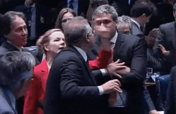 """Entre sujos, mal-lavados e """"burrice infinita"""", Senado tem 2º dia de lama"""