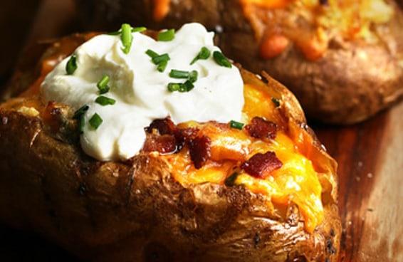 Você nunca pensou em rechear batatas assadas deste jeito