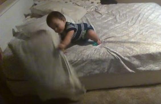 Esse bebê genial usa travesseiros para dar uma aula magistral sobre a solução criativa de um problema