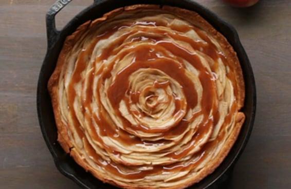 Torta de maçã com calda de caramelo é muito delicada e deliciosa!
