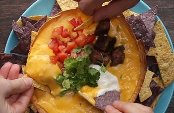 Já pode juntar os amigos para comer este maravilhoso dip de queijo no bowl de tortilha!