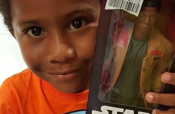 Este garoto se tornou viral ao se identificar com um boneco de Star Wars sem nunca ter visto o filme