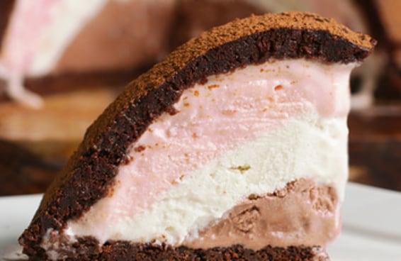 Este bolo de brownie com recheio de sorvete napolitano é TUDO