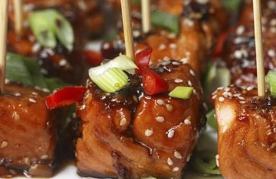 Confira estes deliciosos petiscos de salmão teriyaki