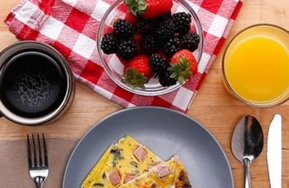 Este omelete de forno vai deixar seu café da manhã ainda melhor