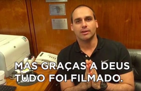 Vídeo mostra filho de Bolsonaro cuspindo em Jean Wyllys também