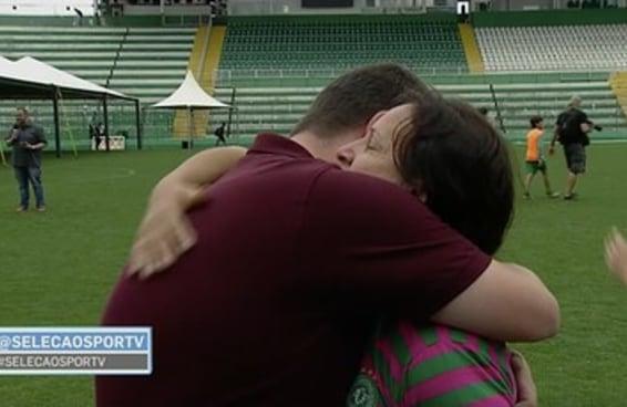 A mãe do goleiro Danilo, da Chape, consolou um repórter da SporTV em uma entrevista