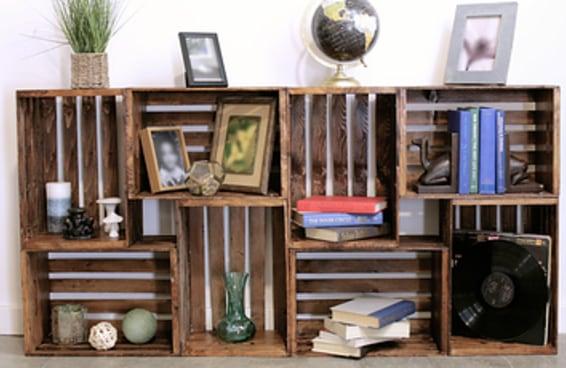 Reaproveite caixotes de madeira fazendo você mesmo esta estante