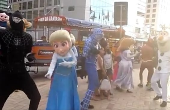"""Este vídeo da Elsa dançando """"Metralhadora"""" é tudo o que você precisa ver hoje"""