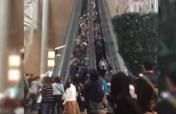 As pessoas ficaram bastante abaladas com este acidente com uma escada rolante em Hong Kong