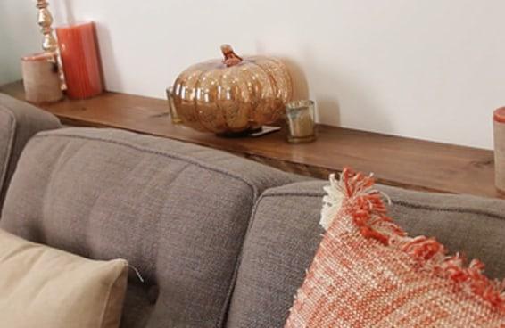 Este aparador para sofá acrescenta muito espaço para colocar coisas atrás dele.