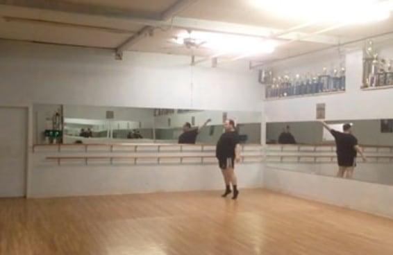 Este homem está ajudando a definir novas expectativas com relação ao corpo de um bailarino