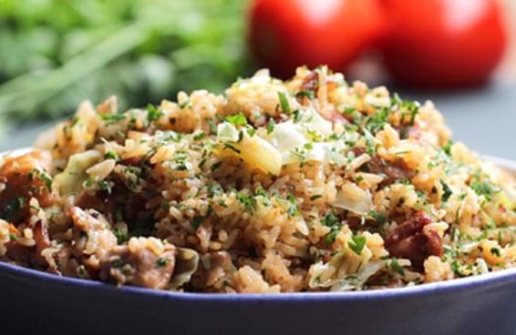 Aprenda a fazer arroz de braga: arroz com frango e linguiça
