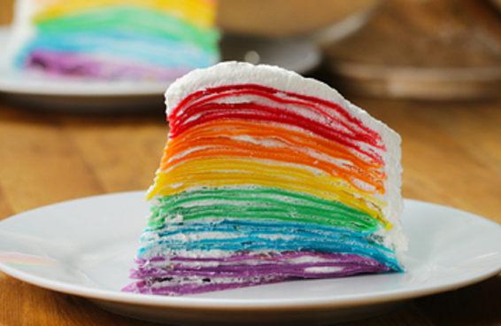 Este bolo crepe  arco-íris vai deixar o mundo cheio de alegria