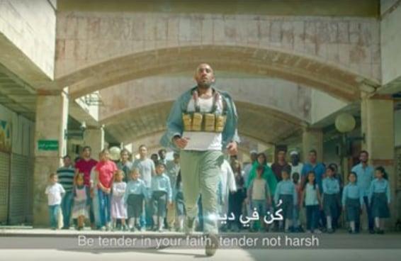 Este vídeo de um homem-bomba sendo confrontado por suas vítimas está se tornando viral
