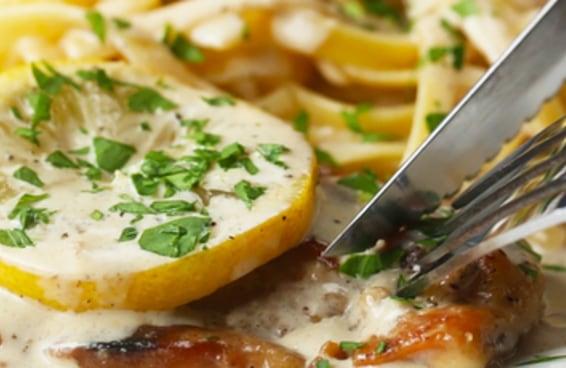 Este frango cremoso ao limão pode ser o seu jantar de hoje à noite