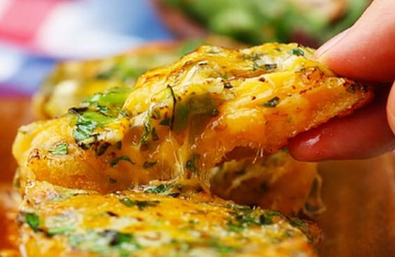 Este pão de alho é um prato cheio para quem ama bastante queijo