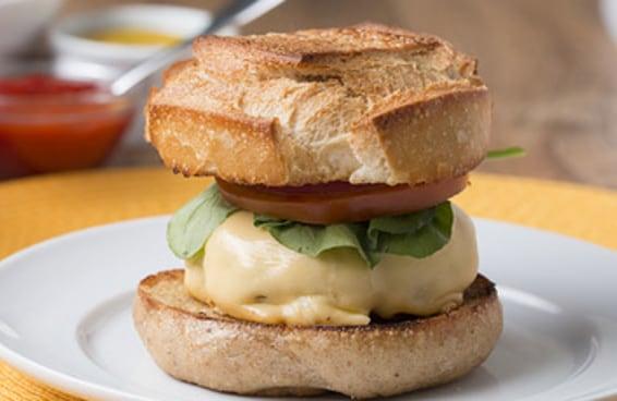 Este hambúrguer caseiro é perfeito para fazer com o seu melhor amigo
