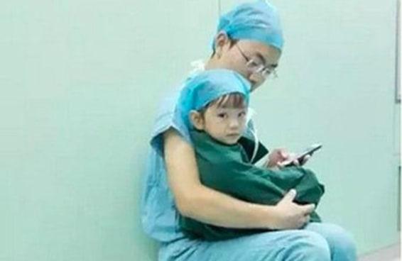 Médico consola menina momentos antes da cirurgia com vídeos fofos e abraços