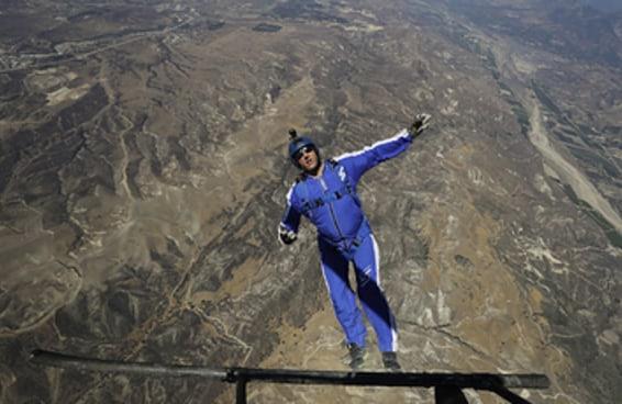 Este cara saltou de um avião sem paraquedas e sobreviveu