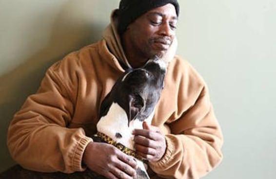 Este homem se dispôs a dormir na rua em temperaturas congelantes para não se separar de sua cadela