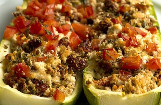 Faça este jantar leve com abobrinha recheada, ricota e tomate seco