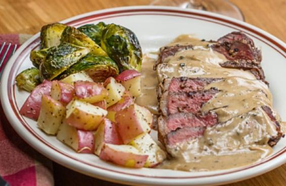 Aprenda a fazer o steak au poivre, um prato clássico da culinária francesa