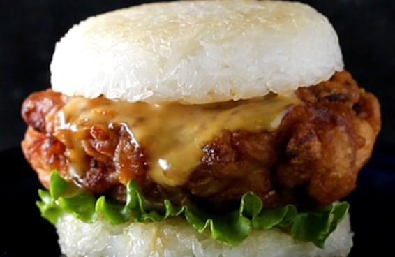 Este é o hambúrguer de arroz e frango frito
