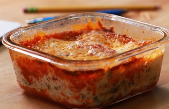 Essa lasanha de micro-ondas é o almoço perfeito para quem mora sozinho