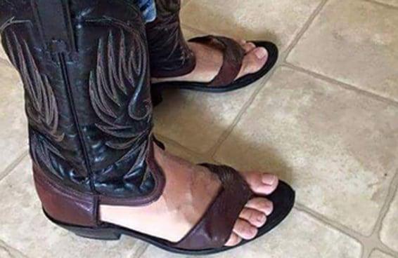 Algum gênio terrível criou sandálias botas de caubói