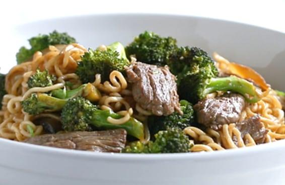 Macarrão refogado com carne e brócolis feito em 20 minutos