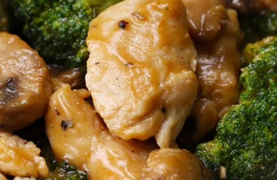 Desfrute deste especialíssimo frango com legumes refogados
