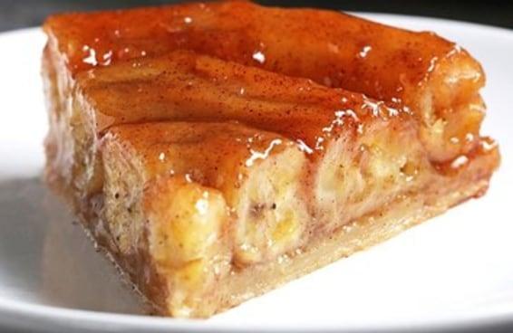 Esta torta de banana invertida é deliciosa e muito prática