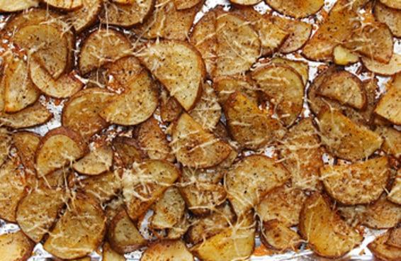 Seu jantar não estará completo sem estas batatas assadas com parmesão e alho