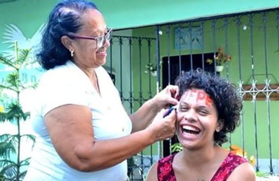 """A revolução será travesti"", celebra jovem aprovada em Federal de Pernambuco"