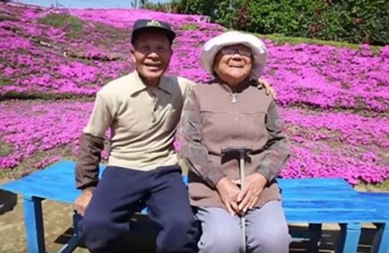 Um homem passou anos criando um jardim para que sua esposa cega pudesse sentir o cheiro das flores
