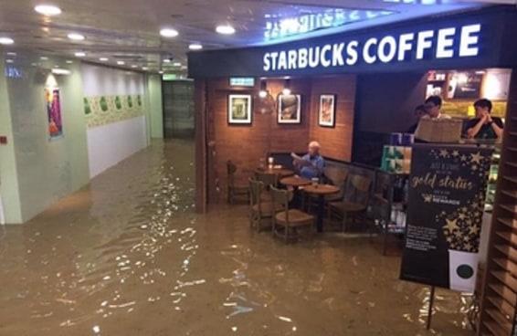 Este senhor não deixou que uma enchente atrapalhasse seu café