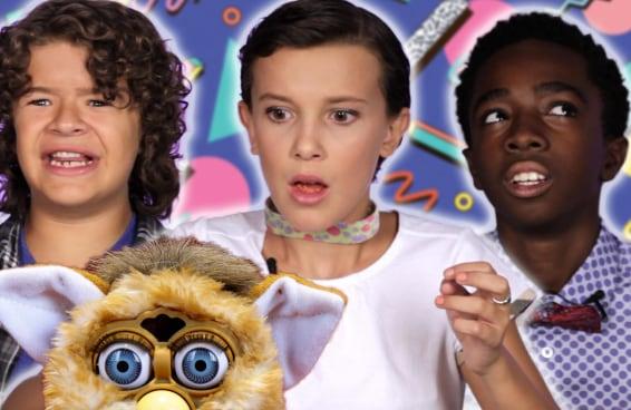 """As Crianças de """"Stranger Things"""" Testam Brinquedos Retrô"""