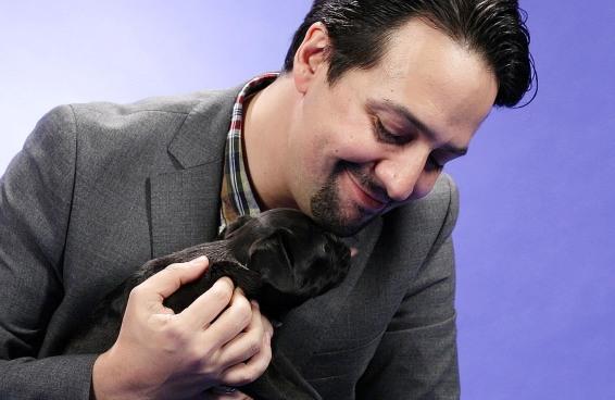 Lin-Manuel Miranda brinca com cachorrinhos e responde perguntas de fãs