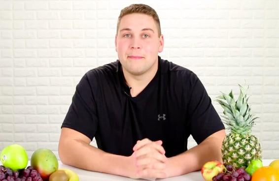 Homem come fruta pela primeira vez