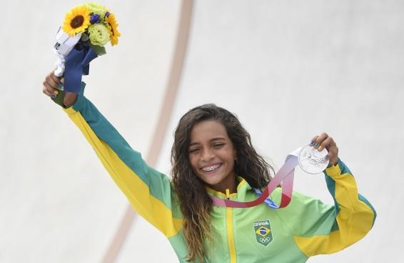 Rayssa Leal manteve o país inteiro acordado e garantiu a medalha de prata