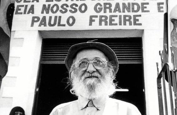 Governo Bolsonaro está proibido pela Justiça de falar mal de Paulo Freire e a gente dá 6 razões para admirar o educador