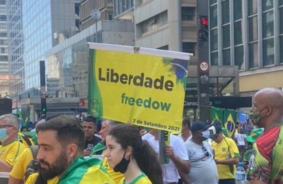 Os cartazes escritos em inglês errado continuam roubando a cena nos atos pró-Bolsonaro