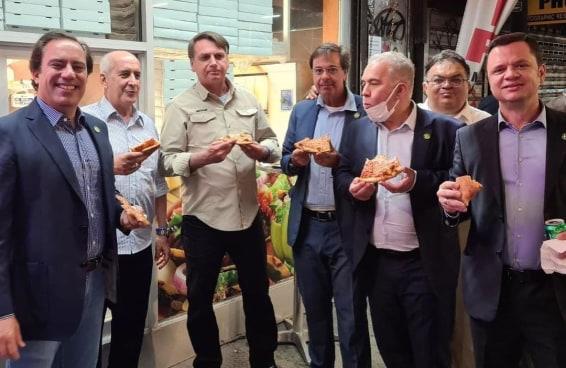 Sem vacina, Bolsonaro não pode entrar em restaurantes em NY e come na rua