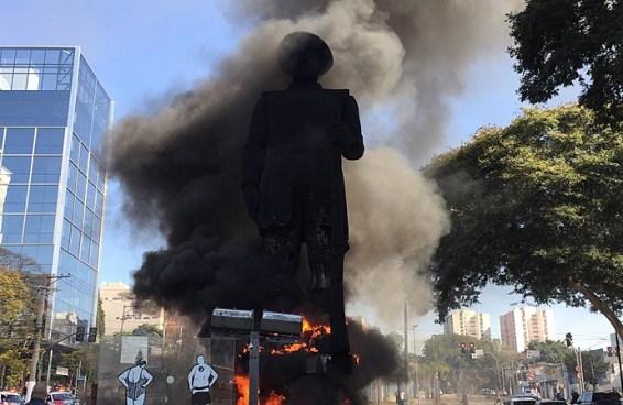 Por que tacaram fogo na estátua de Borba Gato?