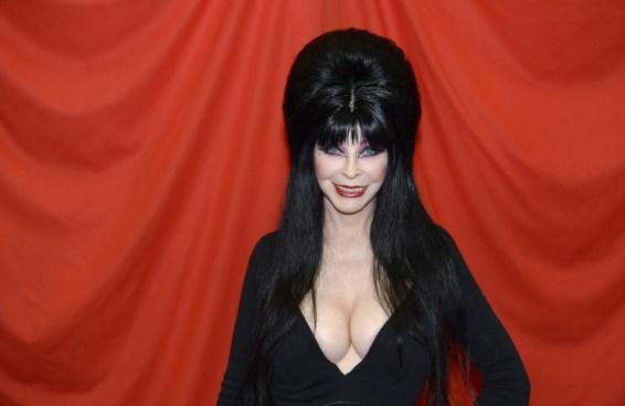 Elvira, a Rainha das Trevas, se afirma LGBT e revela relacionamento com outra mulher
